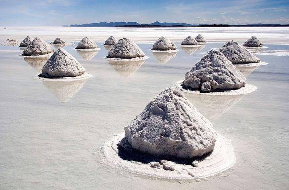 800px-Piles_of_Salt_Salar_de_Uyuni_Bolivia_Luca_Galuzzi_2006_a.jpg