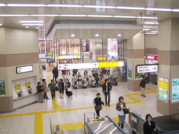 Nishi-Ogikubo_Station_(ticket_gate).jpg